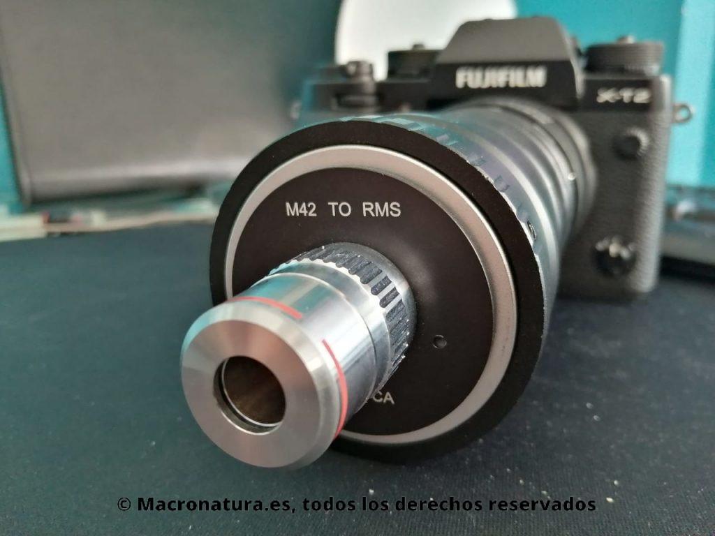 Una objetivo de microscopio adaptado a una cámara sin espejo.