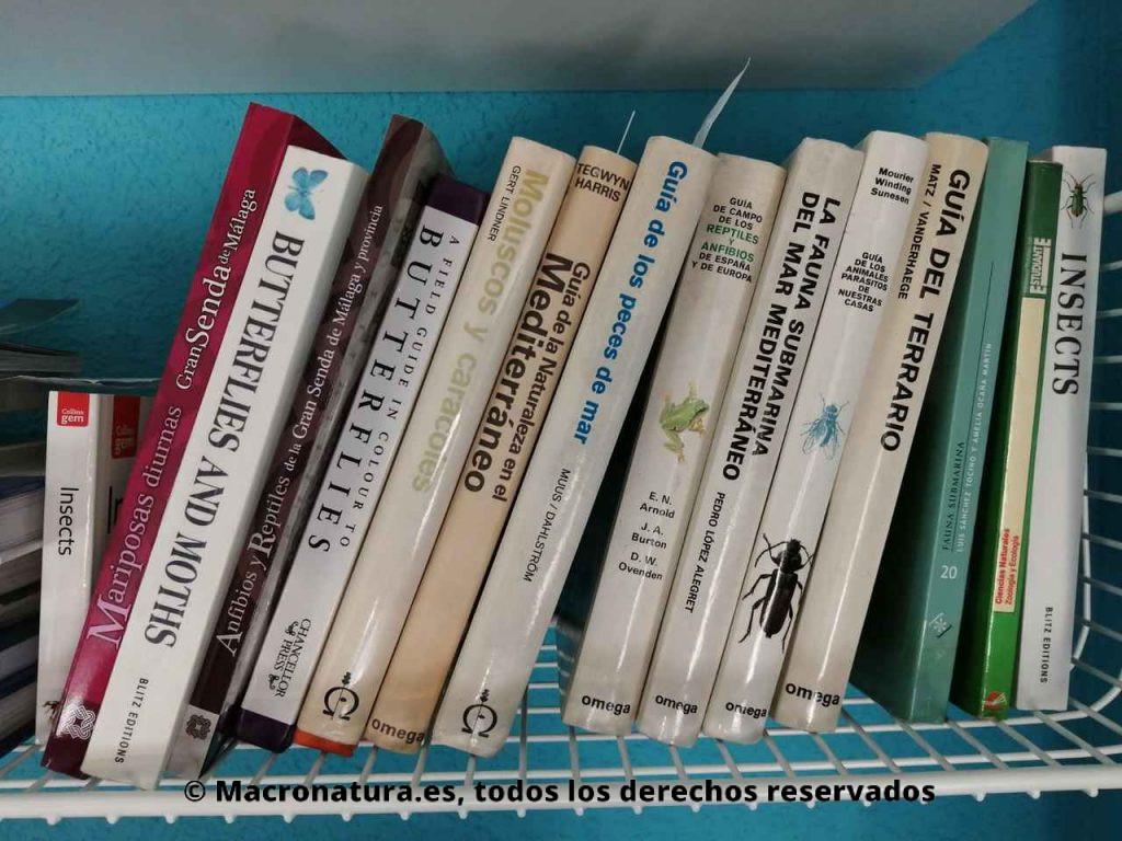 Manuales de identificación de insectos en una estantería.